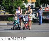 Купить «Люди переходят дорогу по пешеходному переходу, Амурская улица, Москва», эксклюзивное фото № 6747747, снято 7 июля 2014 г. (c) lana1501 / Фотобанк Лори