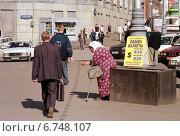 Купить «Moscow, old woman pensioner begs for alms», фото № 6748107, снято 18 августа 1998 г. (c) Caro Photoagency / Фотобанк Лори