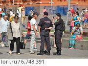 Купить «Полицейский патруль охраняет покой граждан на Манежной площади в Москве», эксклюзивное фото № 6748391, снято 6 июля 2014 г. (c) lana1501 / Фотобанк Лори