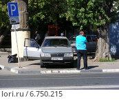 Купить «Частный таксист ждет пассажиров у машины с открытыми дверьми, улица 9-ая Парковая, Москва», эксклюзивное фото № 6750215, снято 13 июля 2014 г. (c) lana1501 / Фотобанк Лори