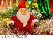 Праздничный разноцветный фон с новогодней мишурой и Дедом Морозом. Стоковое фото, фотограф Daniela / Фотобанк Лори