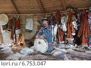 Купить «Корякская семья, отец и дочь - подросток, показывают бубен и рассказывают о жизни и традициях народов Камчатки (репортаж)», эксклюзивное фото № 6753047, снято 1 августа 2014 г. (c) Ольга Липунова / Фотобанк Лори