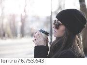 Купить «Девушка с кофе в зимнем парке», фото № 6753643, снято 3 декабря 2014 г. (c) Руслан Митин / Фотобанк Лори