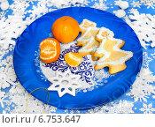 Купить «Печенье и мандарины с новогодним декором», фото № 6753647, снято 29 декабря 2013 г. (c) ElenArt / Фотобанк Лори