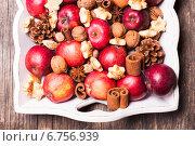 Купить «Яблоки, орехи, шишки и пряности на Рождественском столе», фото № 6756939, снято 14 ноября 2014 г. (c) Оксана Ковач / Фотобанк Лори