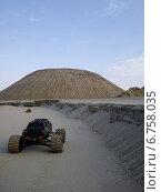 Радиоуправляемый автомобиль едет по песку навстречу большой горе. Стоковое фото, фотограф Дмитрий Петрович Лядов / Фотобанк Лори