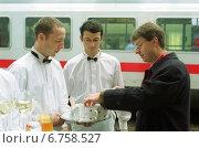 Купить «Berlin, waiters offer during a meeting of the DB of refreshments», фото № 6758527, снято 31 октября 2002 г. (c) Caro Photoagency / Фотобанк Лори