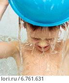 Купить «Семилетний мальчик обливается водой», фото № 6761631, снято 21 ноября 2014 г. (c) Paleka / Фотобанк Лори