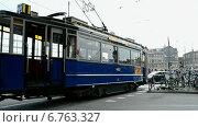 Купить «Ретротрамвай на улице в Амстердаме», видеоролик № 6763327, снято 10 сентября 2014 г. (c) FMRU / Фотобанк Лори