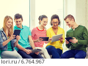 Купить «smiling students with tablet pc computer», фото № 6764967, снято 29 марта 2014 г. (c) Syda Productions / Фотобанк Лори