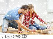 Купить «smiling couple measuring wood flooring», фото № 6765323, снято 26 января 2014 г. (c) Syda Productions / Фотобанк Лори
