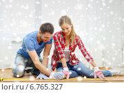 Купить «smiling couple measuring wood flooring», фото № 6765327, снято 26 января 2014 г. (c) Syda Productions / Фотобанк Лори