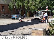 Купить «Рабочие укладывают новый асфальт», фото № 6766983, снято 29 мая 2020 г. (c) Землянникова Вероника / Фотобанк Лори