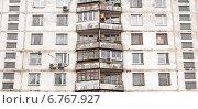 Окна и балконы многоквартирного жилого дома, эксклюзивное фото № 6767927, снято 4 декабря 2014 г. (c) Константин Косов / Фотобанк Лори