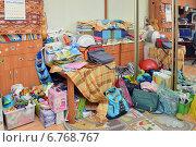 Купить «Вещи, лежащие в беспорядке в углу комнаты», эксклюзивное фото № 6768767, снято 7 декабря 2014 г. (c) Александр Замараев / Фотобанк Лори