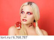 Купить «Блондинка с гранатом на плече», фото № 6768787, снято 26 октября 2014 г. (c) Смирнова Лидия / Фотобанк Лори
