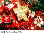 Купить «Новогодняя декорация с рождественским печеньем», фото № 6769495, снято 29 декабря 2013 г. (c) ElenArt / Фотобанк Лори