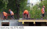 Рабочие устанавливают арматуру на строительстве жилого дома. Москва. (2014 год). Редакционное видео, видеограф Арташес Оганджанян / Фотобанк Лори