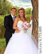 Купить «Жених и невеста на прогулке», фото № 6773895, снято 26 июля 2014 г. (c) Виктор Топорков / Фотобанк Лори