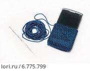 Купить «Вязание из бисера чехла для мобильного телефона», эксклюзивное фото № 6775799, снято 7 сентября 2014 г. (c) Dmitry29 / Фотобанк Лори