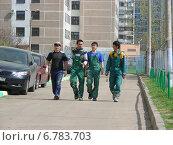Купить «Довольные строители-гастарбайтеры идут по дороге. Район Новокосино, Москва», эксклюзивное фото № 6783703, снято 26 апреля 2012 г. (c) lana1501 / Фотобанк Лори