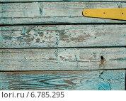 Старый деревянный голубой забор, четыре горизонтальных доски и желтая дверная петля. Стоковое фото, фотограф Анна Пикунова / Фотобанк Лори