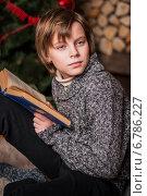 Мальчик читает книгу в загородном доме. Стоковое фото, фотограф Мария Мороз / Фотобанк Лори