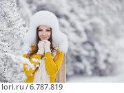 Купить «Молодая женщина в зимнем парке», фото № 6787819, снято 19 июля 2019 г. (c) Александр Савченко / Фотобанк Лори
