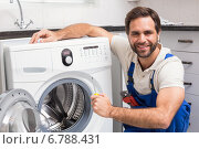 Купить «Handyman fixing a washing machine», фото № 6788431, снято 5 сентября 2014 г. (c) Wavebreak Media / Фотобанк Лори