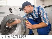 Купить «Handyman fixing a washing machine», фото № 6788967, снято 5 сентября 2014 г. (c) Wavebreak Media / Фотобанк Лори