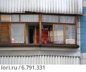 Купить «Фрагмент дома с застекленным балконом в поселке Восточный в Москве», эксклюзивное фото № 6791331, снято 11 июля 2012 г. (c) lana1501 / Фотобанк Лори