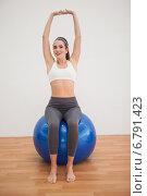 Купить «Fit brunette working out with exercise ball», фото № 6791423, снято 20 июня 2014 г. (c) Wavebreak Media / Фотобанк Лори