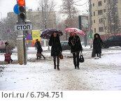 Купить «Люди идут по заснеженному тротуару в сильный снегопад. Улица Ленинская Слобода, Москва», эксклюзивное фото № 6794751, снято 12 декабря 2014 г. (c) lana1501 / Фотобанк Лори