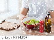 Купить «close of male hands holding bowl with salad», фото № 6794807, снято 21 января 2014 г. (c) Syda Productions / Фотобанк Лори