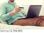 Купить «close up of man with laptop and credit card», фото № 6794883, снято 5 марта 2014 г. (c) Syda Productions / Фотобанк Лори