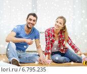 Купить «smiling couple measuring wood flooring», фото № 6795235, снято 26 января 2014 г. (c) Syda Productions / Фотобанк Лори