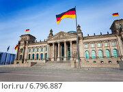 Купить «Вид фасада Рейхстага с немецким флагом, Берлин», фото № 6796887, снято 17 апреля 2014 г. (c) Сергей Новиков / Фотобанк Лори