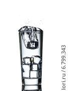 Купить «Стакан с водой и льдом», фото № 6799343, снято 25 октября 2014 г. (c) Владимир Агапов / Фотобанк Лори