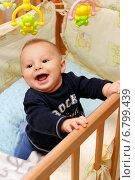 Купить «Маленький ребенок звонко смеется», фото № 6799439, снято 20 октября 2014 г. (c) Виктор Топорков / Фотобанк Лори