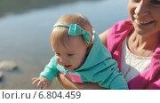 Купить «Мать с двумя дочками на берегу водоема», видеоролик № 6804459, снято 12 декабря 2014 г. (c) Denis Mishchenko / Фотобанк Лори