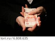 Российские пятитысячные купюры в руках. Стоковое фото, фотограф Pavel Ivanov / Фотобанк Лори