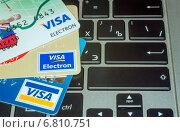 Банковские карты на клавиатуре ноутбука, эксклюзивное фото № 6810751, снято 17 декабря 2014 г. (c) Константин Косов / Фотобанк Лори