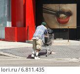 Мужчина везёт корзину из супермаркета (2008 год). Редакционное фото, фотограф Юрий Савченко / Фотобанк Лори