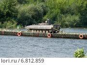 БМП-2 переправляется через реку, по понтонному мосту. Стоковое фото, фотограф Сергей Попсуевич / Фотобанк Лори