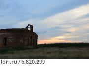 Разрушенная церковь на фоне заката. Стоковое фото, фотограф Юлия Лекомцева / Фотобанк Лори