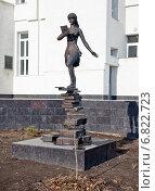 Купить «Скульптура студентки ВолГУ», фото № 6822723, снято 21 декабря 2014 г. (c) Владимир Гуторов / Фотобанк Лори