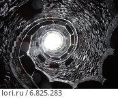 Спиральная галерея колодца Посвящения в парке усадьбы Кинта да Регалейра в Синтре, Португалия, вид снизу вверх во время дождя (2014 год). Стоковое фото, фотограф Алтанова Елена / Фотобанк Лори