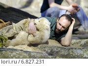 Polar bear Knut with caretaker Doerflein, Berlin, Germany (2007 год). Редакционное фото, агентство Caro Photoagency / Фотобанк Лори