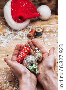 Купить «Новогодние игрушки на ладонях», фото № 6827923, снято 20 декабря 2014 г. (c) Николай Лунев / Фотобанк Лори