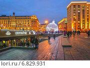 Купить «Новогодний шар на Манежной площади в Москве», эксклюзивное фото № 6829931, снято 22 декабря 2014 г. (c) Виктор Тараканов / Фотобанк Лори